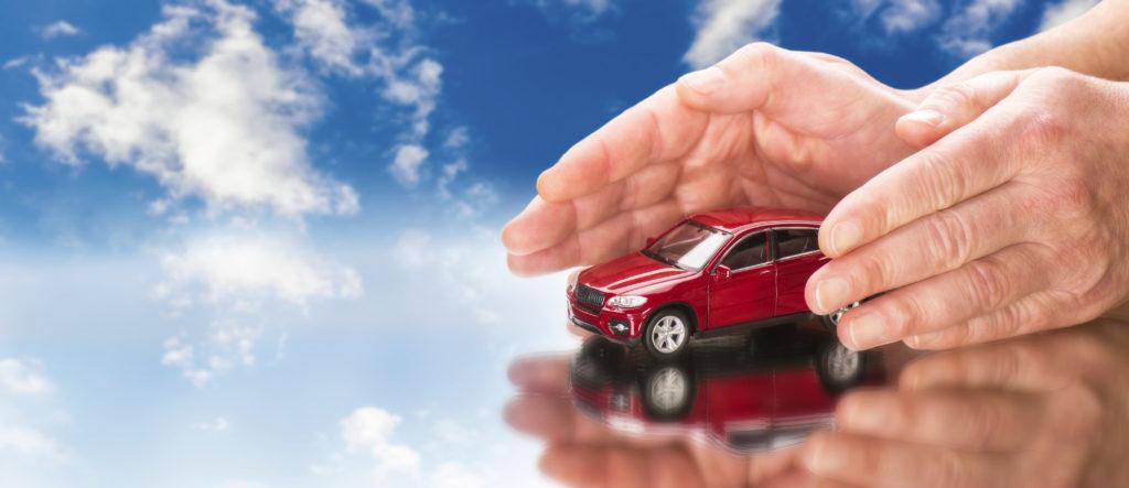 Auto mit Händen und blauem Himmel im Hintergrund